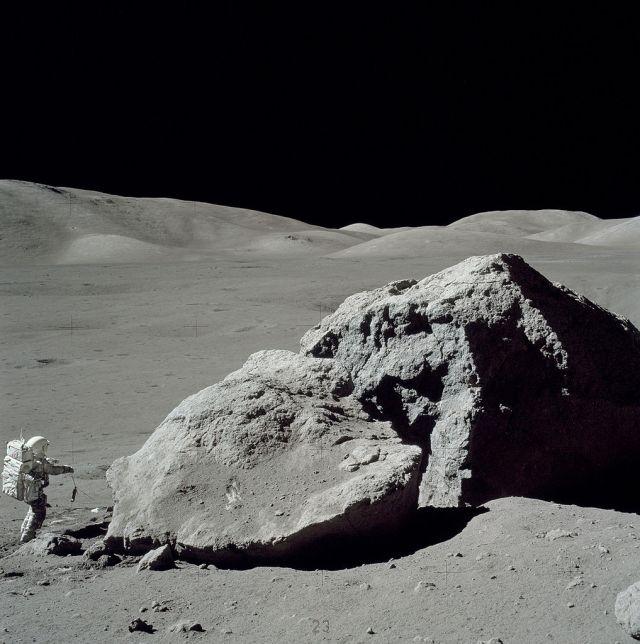 1017px-Moon-apollo17-schmitt_boulder