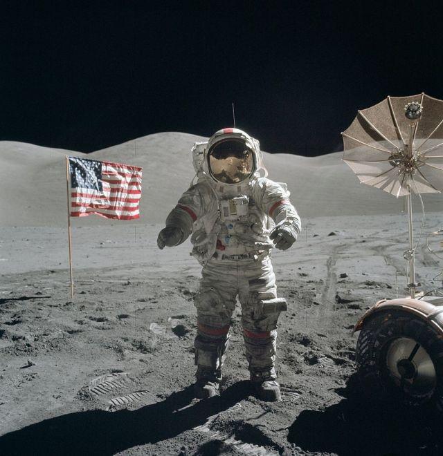 992px-Apollo_17_Cernan_on_moon